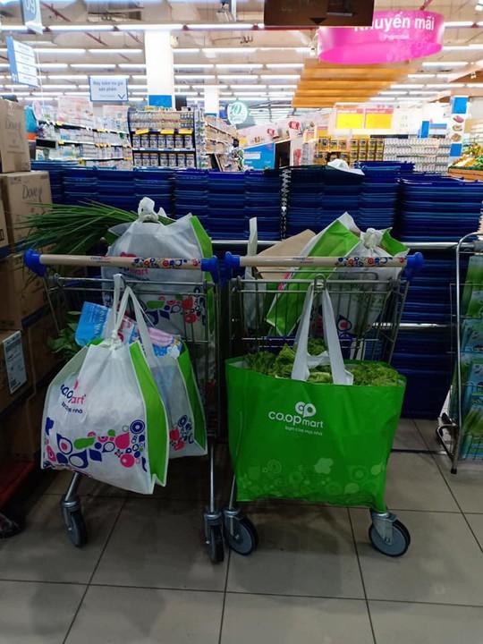 Khách hàng đi siêu thị thích thú dùng túi giấy, thùng các-tông thay túi ni-lông - Ảnh 1.