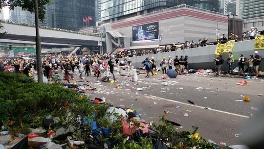 Hồng Kông: Người biểu tình xông vào hội đồng lập pháp, tấn công cảnh sát - Ảnh 3.