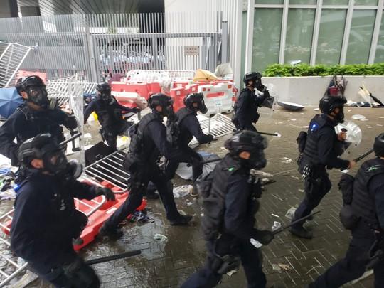 Hồng Kông: Người biểu tình xông vào hội đồng lập pháp, tấn công cảnh sát - Ảnh 2.
