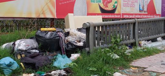 CLIP: Kinh hãi rác chết người' dưới lòng cống ở TP HCM - ảnh 1