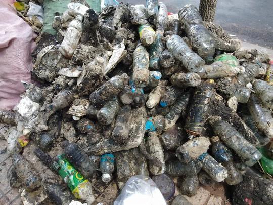 CLIP: Kinh hãi rác chết người' dưới lòng cống ở TP HCM - ảnh 6
