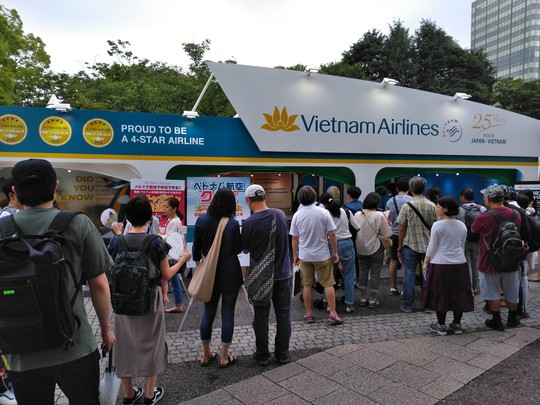 Khách Nhật xếp hàng dài tìm hiểu về sản phẩm du lịch Việt Nam
