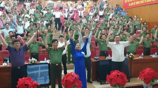 Clip: Bộ trưởng Nguyễn Thị Kim Tiến mời Bộ trưởng Công an Tô Lâm tập thể dục giữa buổi họp - Ảnh 1.