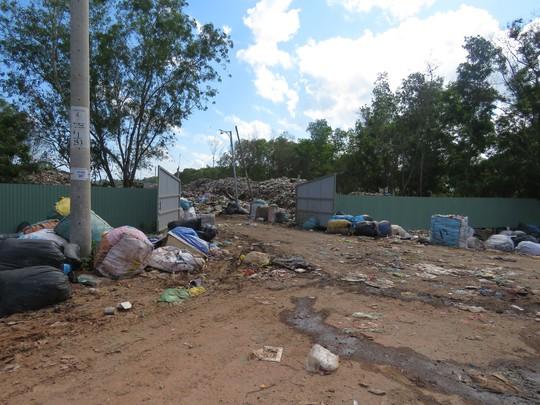 Phú Quốc: Rác quá tải, huyện đề nghị cho đổ ở bãi rác tạm - Ảnh 2.