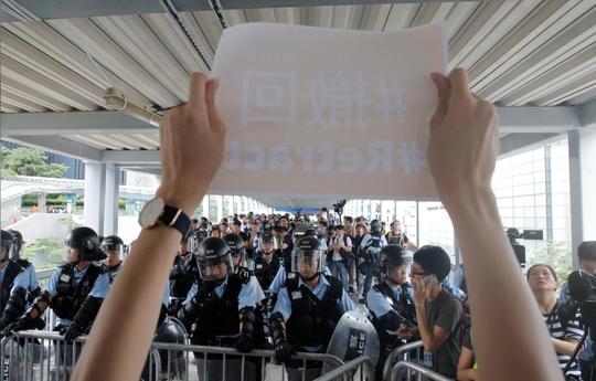 Hồng Kông: Lượng người biểu tình tăng vọt, nguy cơ bạo lực tiếp diễn - Ảnh 1.