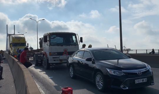 CLIP: 3 ôtô tông nhau trên cầu Phú Mỹ, giao thông tê liệt - ảnh 1