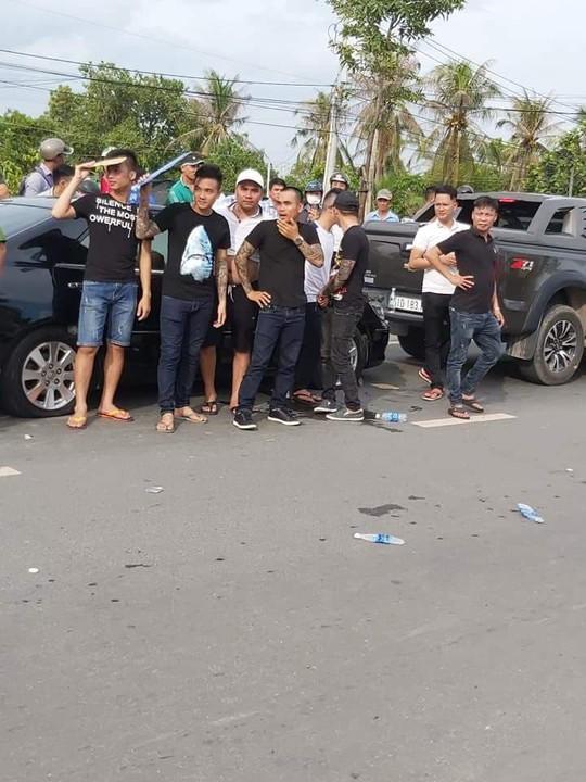 Tạm đình chỉ 2 trung tá cảnh sát liên quan vụ giang hồ  vây xe công an - Ảnh 1.