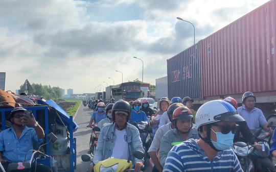 CLIP: 3 ôtô tông nhau trên cầu Phú Mỹ, giao thông tê liệt - ảnh 2