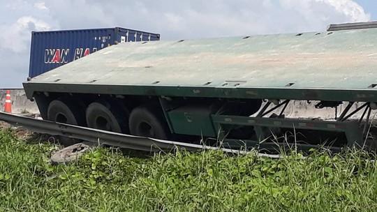 Xe container bể vỏ lao xuống lề đường cao tốc rồi lật ngang - Ảnh 2.