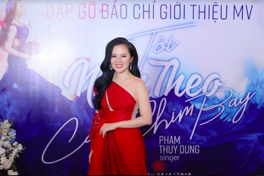 Sao mai Phạm Thùy Dung gây sốt với giọng hát trong veo - Ảnh 1.