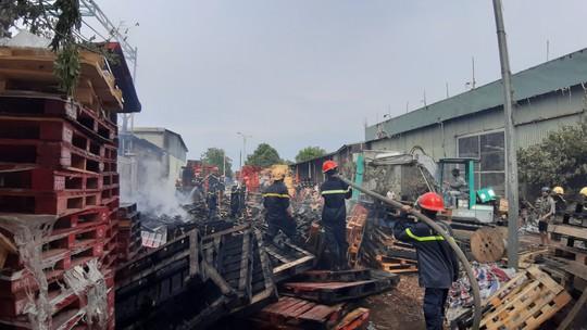 Cháy lớn suốt 3 giờ tại xưởng pallet nghi do bị đốt - Ảnh 3.