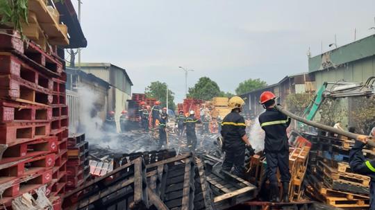 Cháy lớn suốt 3 giờ tại xưởng pallet nghi do bị đốt - Ảnh 4.