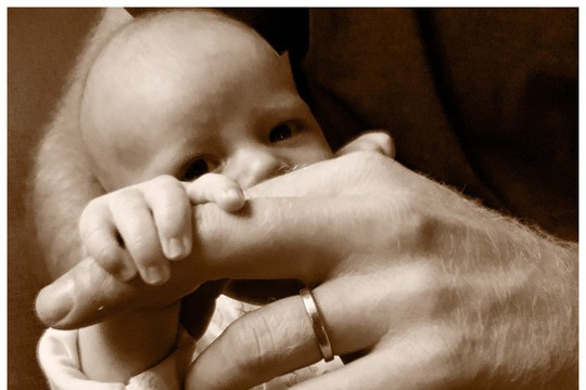 Vợ chồng Hoàng tử Harry hé lộ ảnh mới của con trai đầu lòng - Ảnh 1.