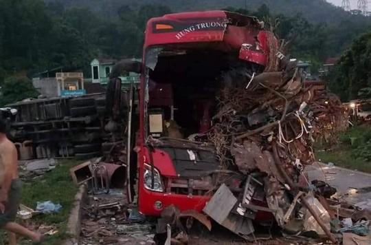 Tai nạn kinh hoàng giữa xe khách và xe tải, 3 người chết, 38 người bị thương - Ảnh 3.