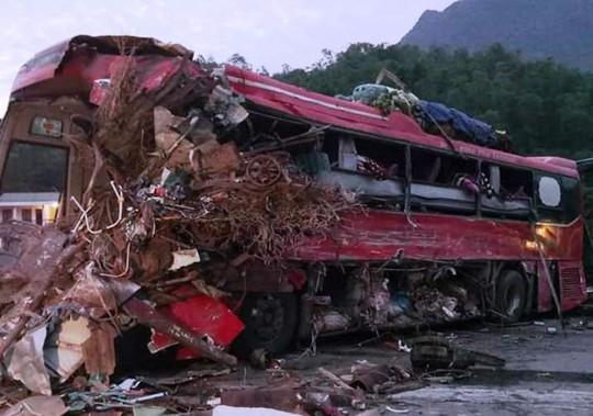 Tai nạn kinh hoàng giữa xe khách và xe tải, 3 người chết, 38 người bị thương - Ảnh 2.