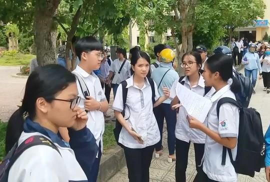 Đề nghị kỷ luật 2 cán bộ coi thi ký nhầm trên 24 bài của thí sinh ở Quảng Bình - Ảnh 2.