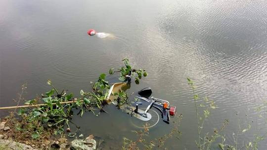 Bàng hoàng phát hiện thi thể đàn ông cùng xe máy nổi trên mặt hồ - Ảnh 1.