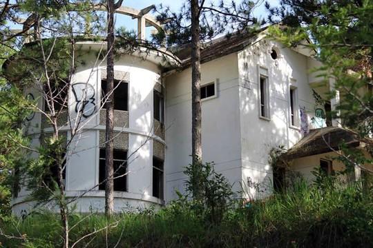 Hàng chục biệt thự nghỉ dưỡng bị bỏ hoang trên đồi thông Đà Lạt - Ảnh 2.