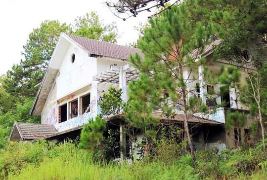 Hàng chục biệt thự nghỉ dưỡng bị bỏ hoang trên đồi thông Đà Lạt - Ảnh 1.