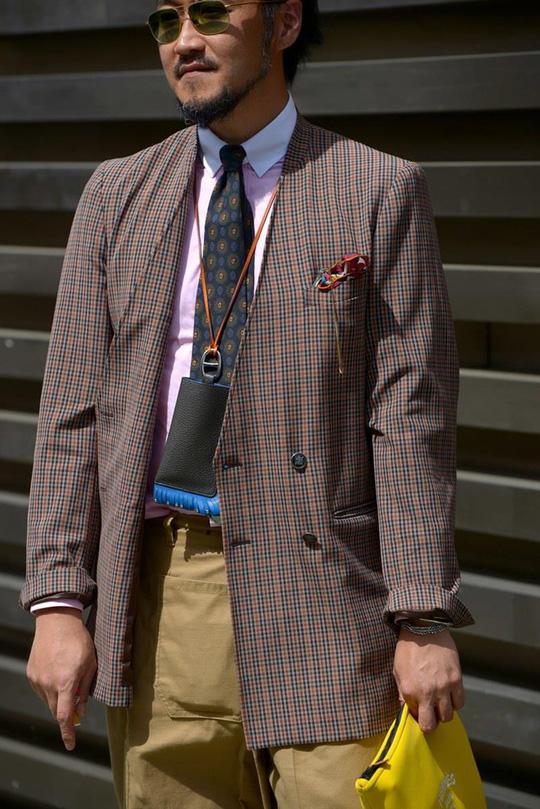 Bỏ qua những bộ suit, nam giới ngày càng chuộng đồ màu sắc - Ảnh 1.