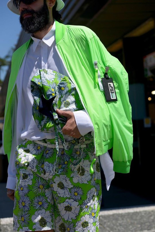 Bỏ qua những bộ suit, nam giới ngày càng chuộng đồ màu sắc - Ảnh 2.