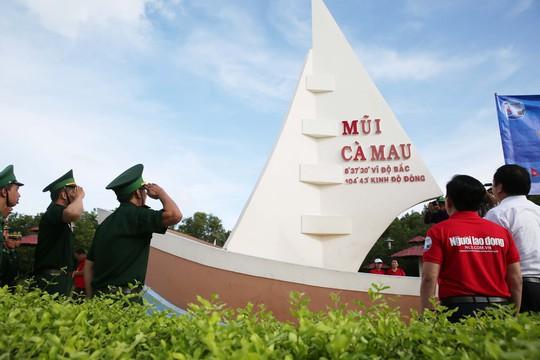 Sau Bạc Liêu, cờ Tổ quốc tiếp tục đến tay ngư dân vùng cực Nam Tổ quốc - Ảnh 4.