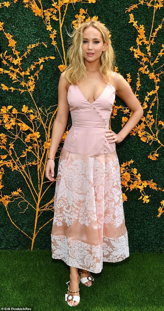 Jennifer Lawrence đẹp ngọt ngào khoe nhẫn đính hôn - Ảnh 2.
