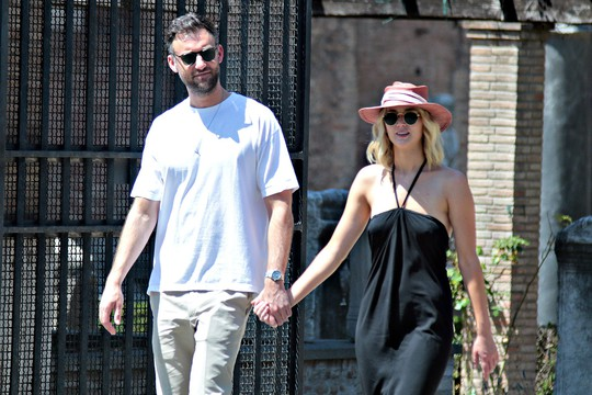 Jennifer Lawrence đẹp ngọt ngào khoe nhẫn đính hôn - Ảnh 10.