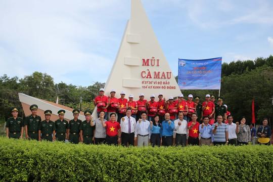 Sau Bạc Liêu, cờ Tổ quốc tiếp tục đến tay ngư dân vùng cực Nam Tổ quốc - Ảnh 18.