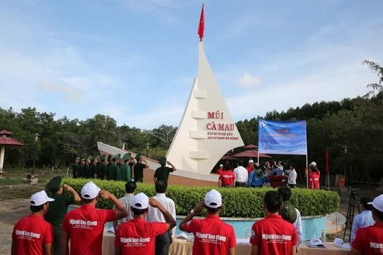 Sau Bạc Liêu, cờ Tổ quốc tiếp tục đến tay ngư dân vùng cực Nam Tổ quốc - Ảnh 5.