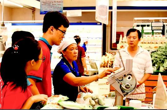 Học sinh TP HCM thử sức với nghề nhân viên siêu thị