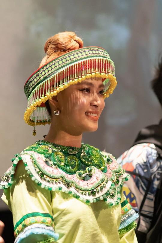 Mị Hoàng Thùy Linh không chờ A Phủ giải cứu - Ảnh 2.