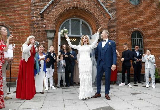 Huyền thoại sống Peter Schmeichel cưới cựu người mẫu Playboy - Ảnh 3.