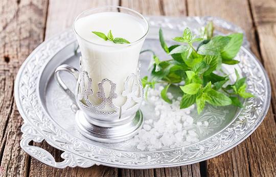Pha chế 5 đồ uống đơn giản giúp điều trị say nắng - Ảnh 1.