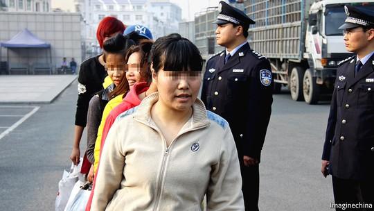 Trung Quốc giải cứu hơn 1.100 phụ nữ bị bán làm vợ - Ảnh 1.