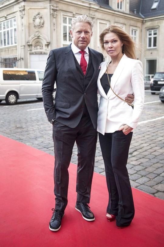 Huyền thoại sống Peter Schmeichel cưới cựu người mẫu Playboy - Ảnh 9.
