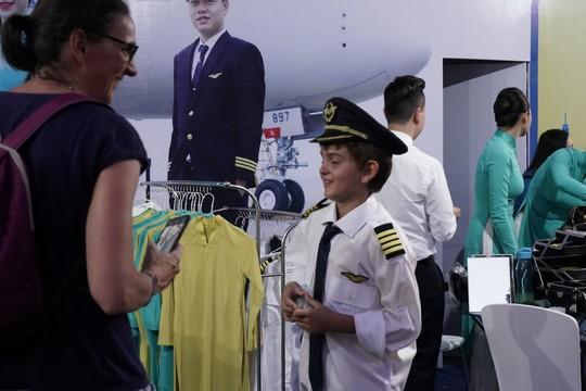 Video clip: Thử làm phi công, tiếp viên ở phố đi bộ Hồ Gươm - Ảnh 3.