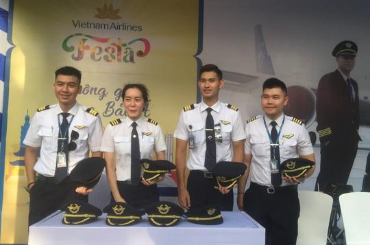Video clip: Thử làm phi công, tiếp viên ở phố đi bộ Hồ Gươm - Ảnh 2.