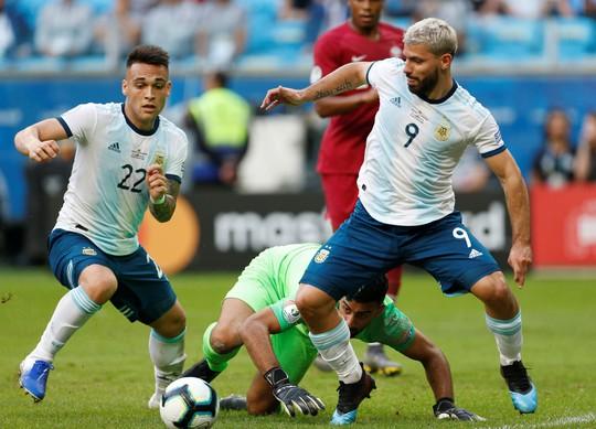 Sergio Aguero bảo vệ Messi sau những lời chỉ trích ở tuyển quốc gia - Ảnh 1.