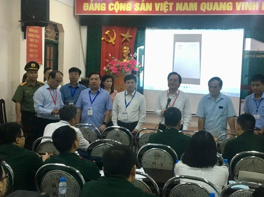 Bộ trưởng Bộ GD-ĐT trực tiếp kiểm tra tổ chức thi - ảnh 1