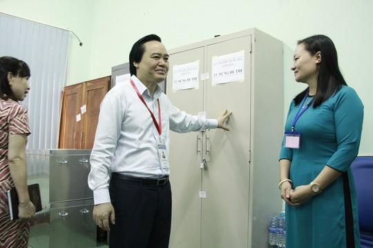Bộ trưởng Phùng Xuân Nhạ kiểm tra công tác coi thi