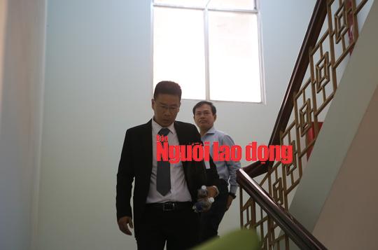 CLIP: Ông Nguyễn Hữu Linh rời tòa trong vòng vây ống kính phóng viên - Ảnh 4.