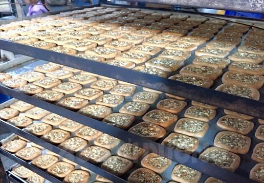 Bánh chả mới ra lò có màu vàng, mùi thơm của lá chanh