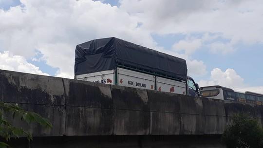 Lật xe trên cao tốc TP HCM - Trung Lương - Ảnh 1.