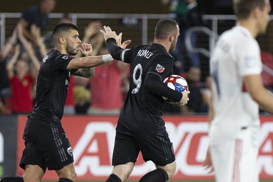 """Xembongdahd đưa tin  Pha """"nã đại bác"""" từ hơn nửa sân của Rooney"""