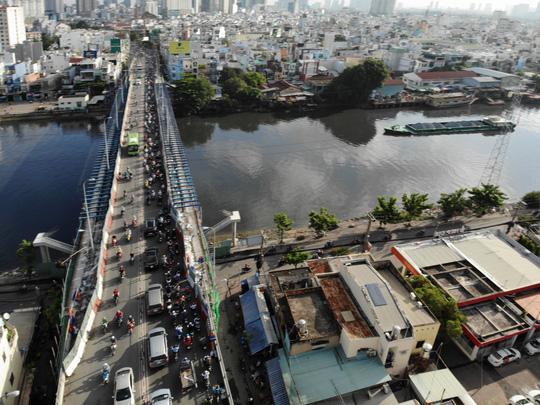VIDEO: Cầu Kênh Tẻ chỉ dài hơn 700m, nhưng phải mỏi mòn vượt qua! - ảnh 1