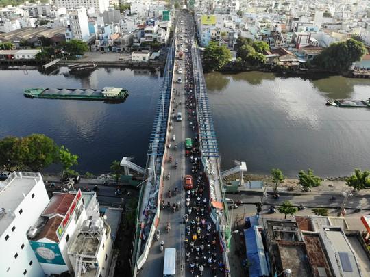 VIDEO: Cầu Kênh Tẻ chỉ dài hơn 700m, nhưng phải mỏi mòn vượt qua! - ảnh 3