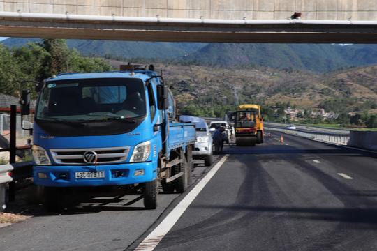 Đường cao tốc ngàn tỉ Đà Nẵng – Quảng Ngãi hết ổ gà lại bị lượn sóng - Ảnh 1.