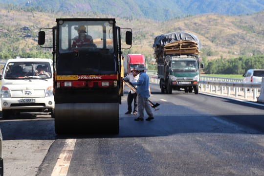 Đường cao tốc ngàn tỉ Đà Nẵng – Quảng Ngãi hết ổ gà lại bị lượn sóng - Ảnh 2.