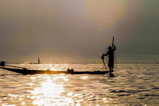 Những ngôi làng nổi trên mặt nước ở Myanmar - Ảnh 1.